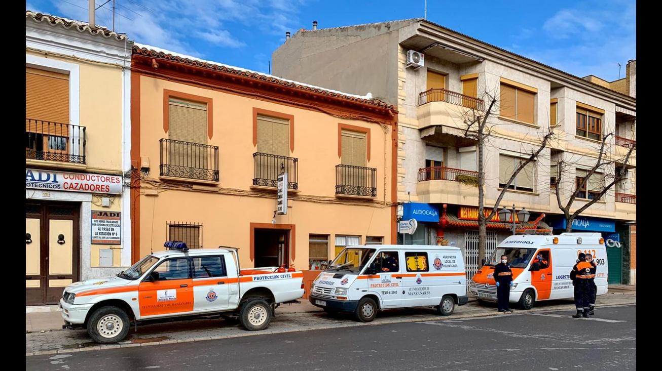 Voluntariado de Protección Civil en el centro de Manzanares en la mañana del lunes