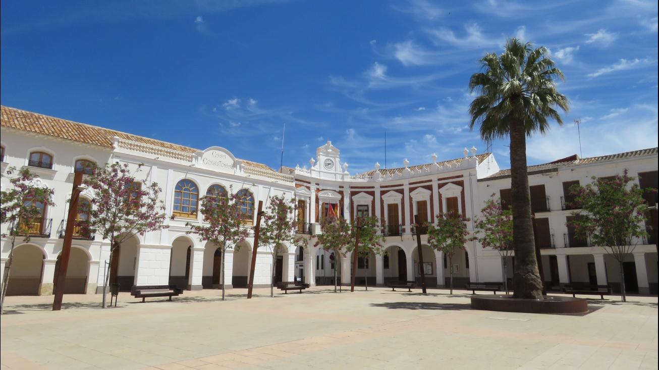 Plaza de la Constitución con el Ayuntamiento al fondo